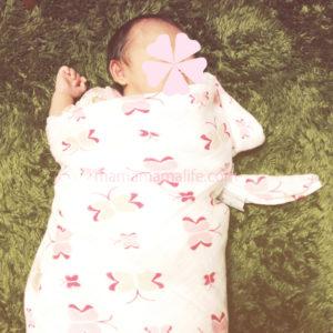 エイデンアンドアネイのおくるみに包まれた赤ちゃん