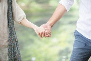手を繋いだ夫婦