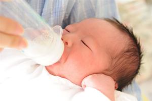ミルクをのむ赤ちゃん