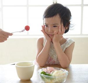 トマトを食べるのを嫌がる子供