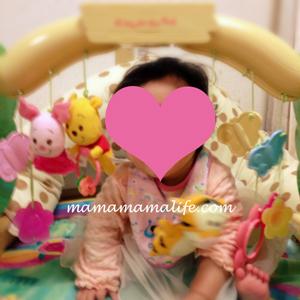 プーさんのメリーで遊ぶ赤ちゃん