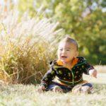 公園で座る赤ちゃん
