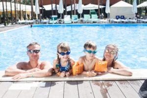 プールに入る家族