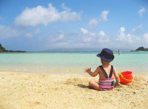砂浜に座る子供